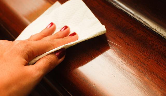 Как вытирать пыль с деревянной мебели